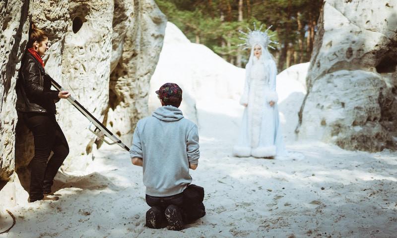Taydoo kniet im Sand für die Eiskönigin